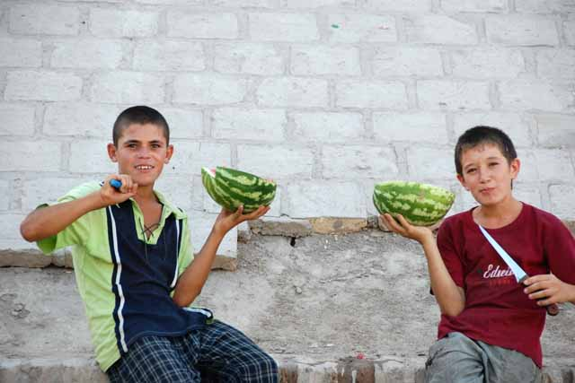 ヒワの市場でスイカを売る少年(boys selling watermelons at at the bazzar in Khiva)