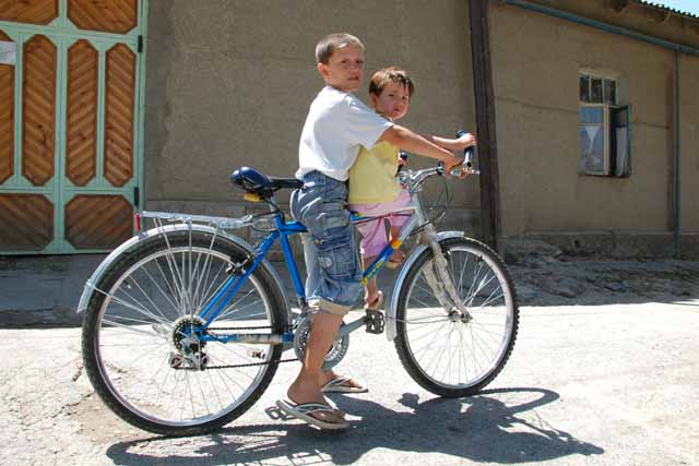 ペンジケントで自転車の子(a boy and a girl riding a bicycle in Penjikent)