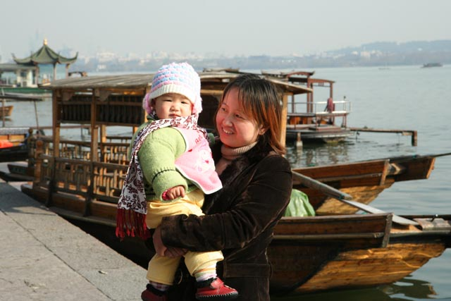 杭州西湖の親子(a mother and a girl at Xi Lake in Hangzhou)