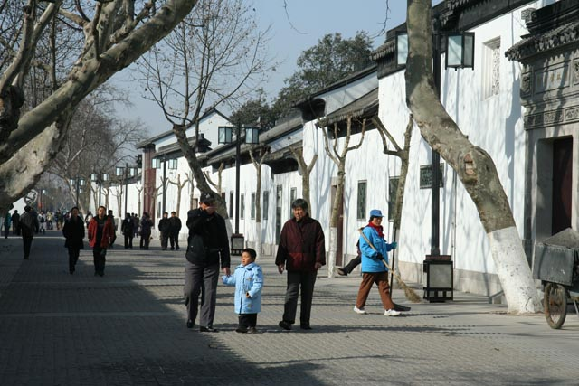家族で蘇州平江路散歩の子(a walking boy with the family on Pingjiang road in Suzhou)