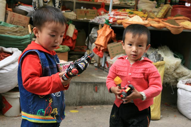 シガツェの市場の子(boys at the market in Shigatse)
